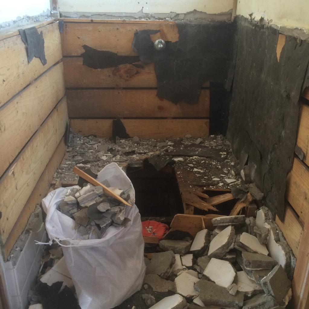 予算削減のため、トイレの解体は自力です。初めてやりましたが、最後の最後で玄能の柄が折れました。。